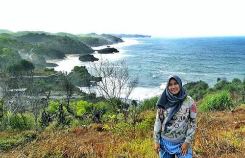 View dari bukit di atas Pantai Baron. ig @winnie_mbem